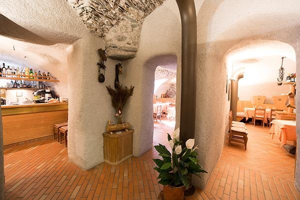 locale con interni in legno e pietra a vista
