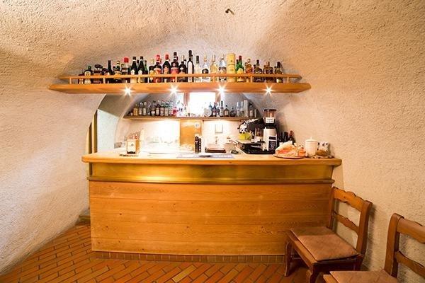 bancone in legno chiaro, ristorante a bormio