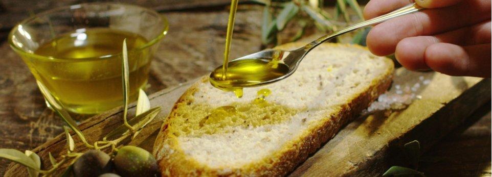 olio d'oliva versato su una fetta di pane