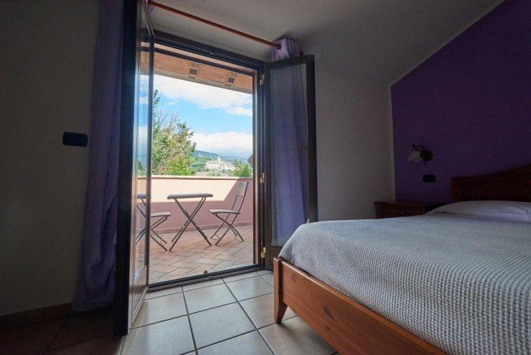 camera con terrazzo e tavolo