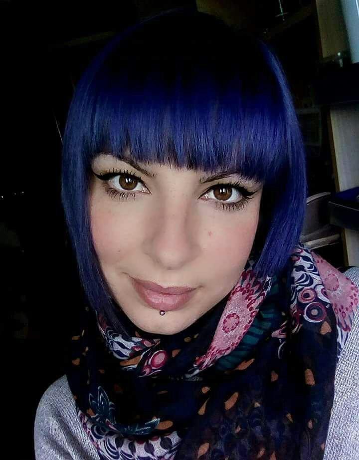 ragzza capelli a caschetto viola