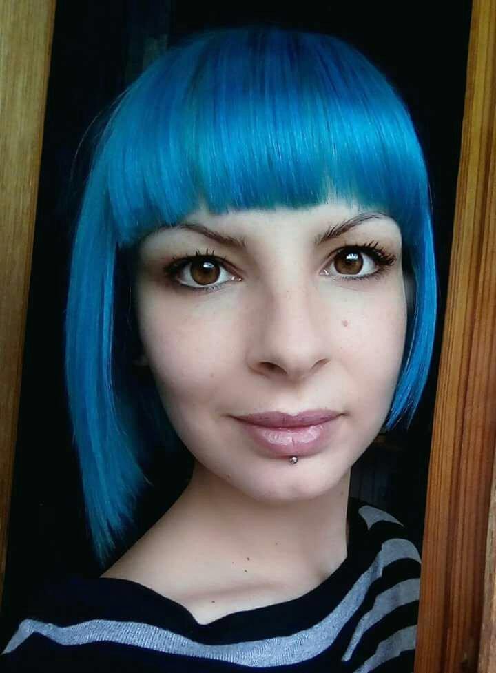 taglio donna caschetto frangetta e capelli azzurri