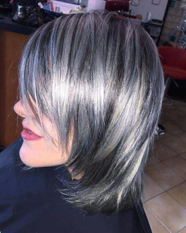 ragazza capelli corti con meches viola e grige