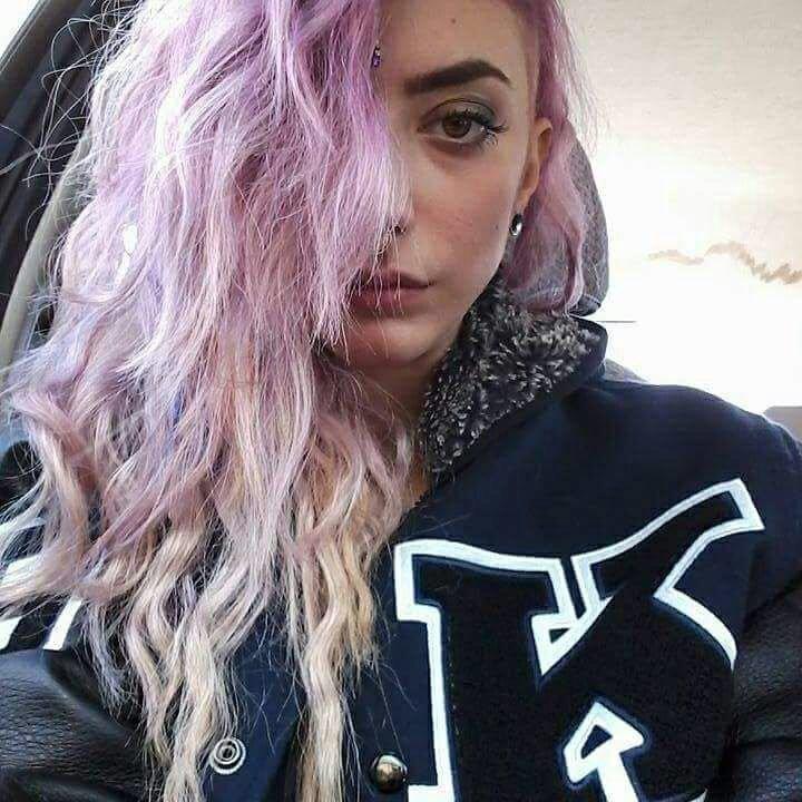 ragazza con capelli ondulati