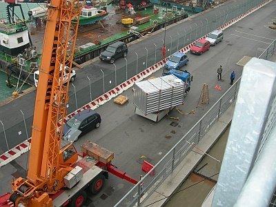 Gru carica il container con il generatore di vapore