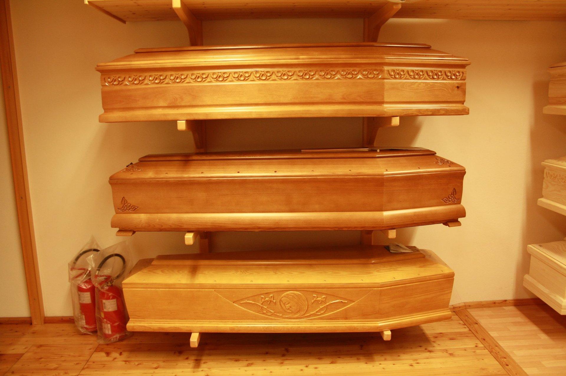 esposizione di bare in legno chiaro