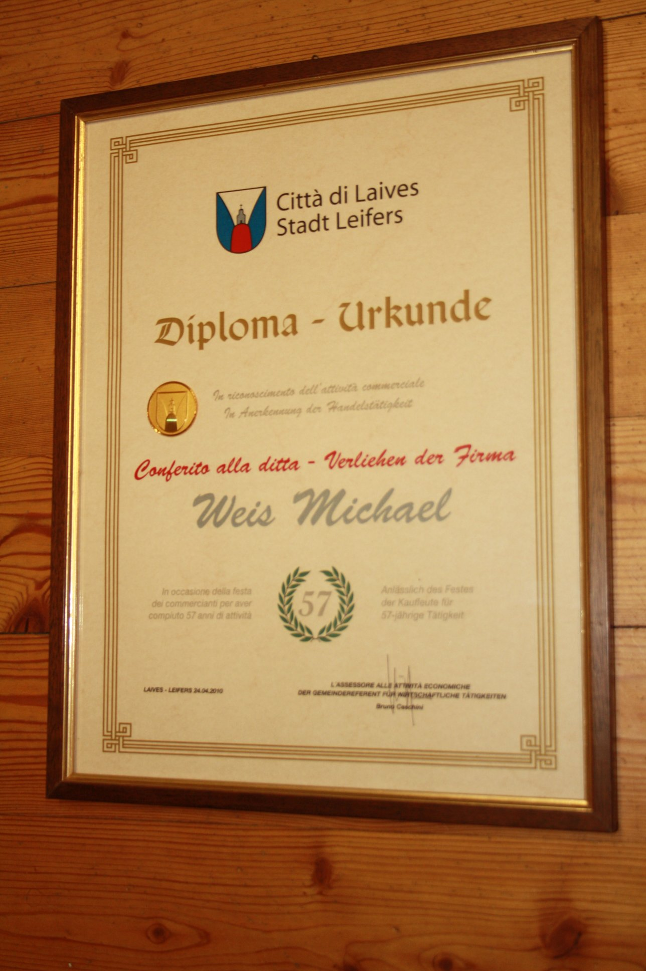 un diploma incorniciato appeso ad una parete