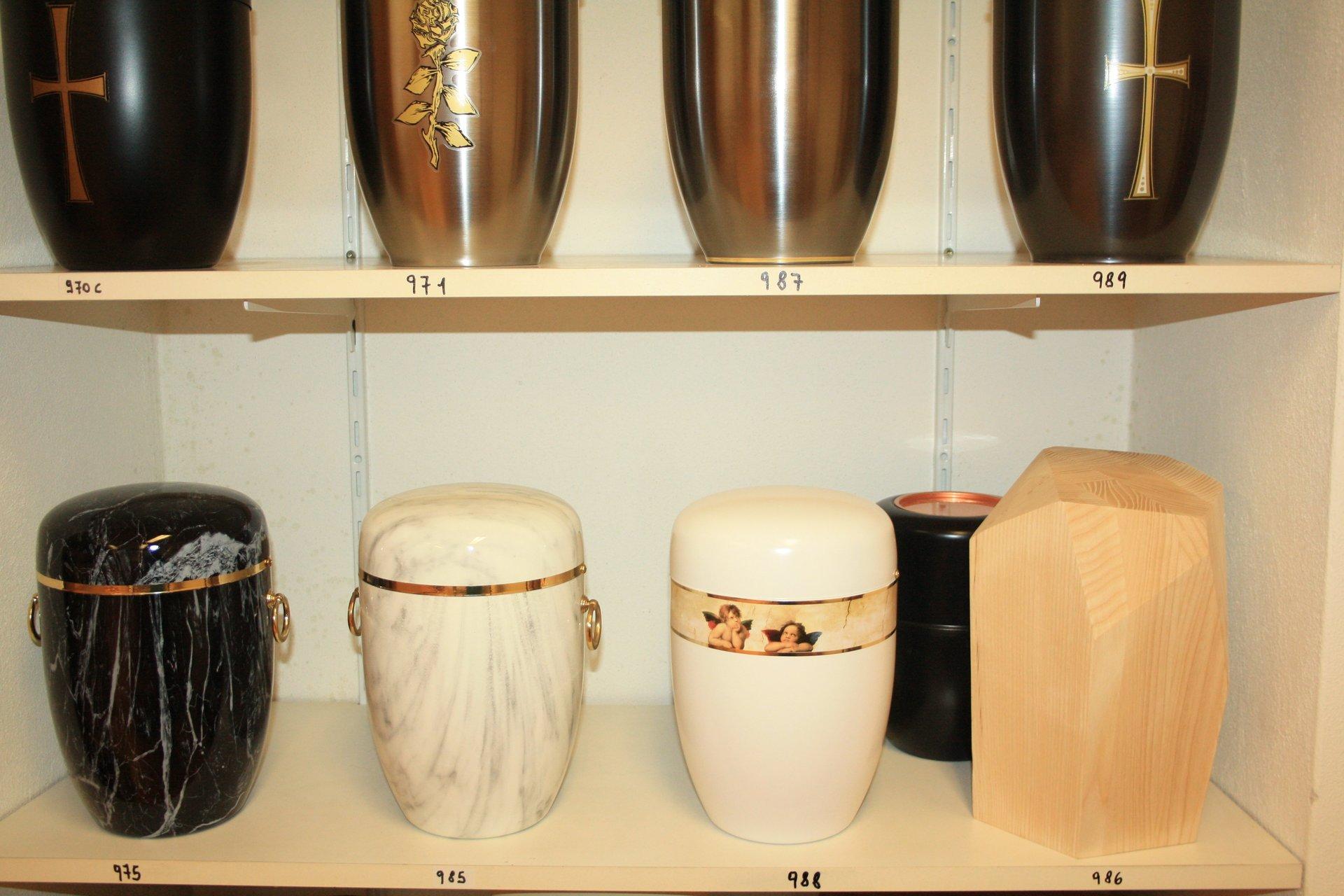 esposizione di urne funerarie in stili diversi