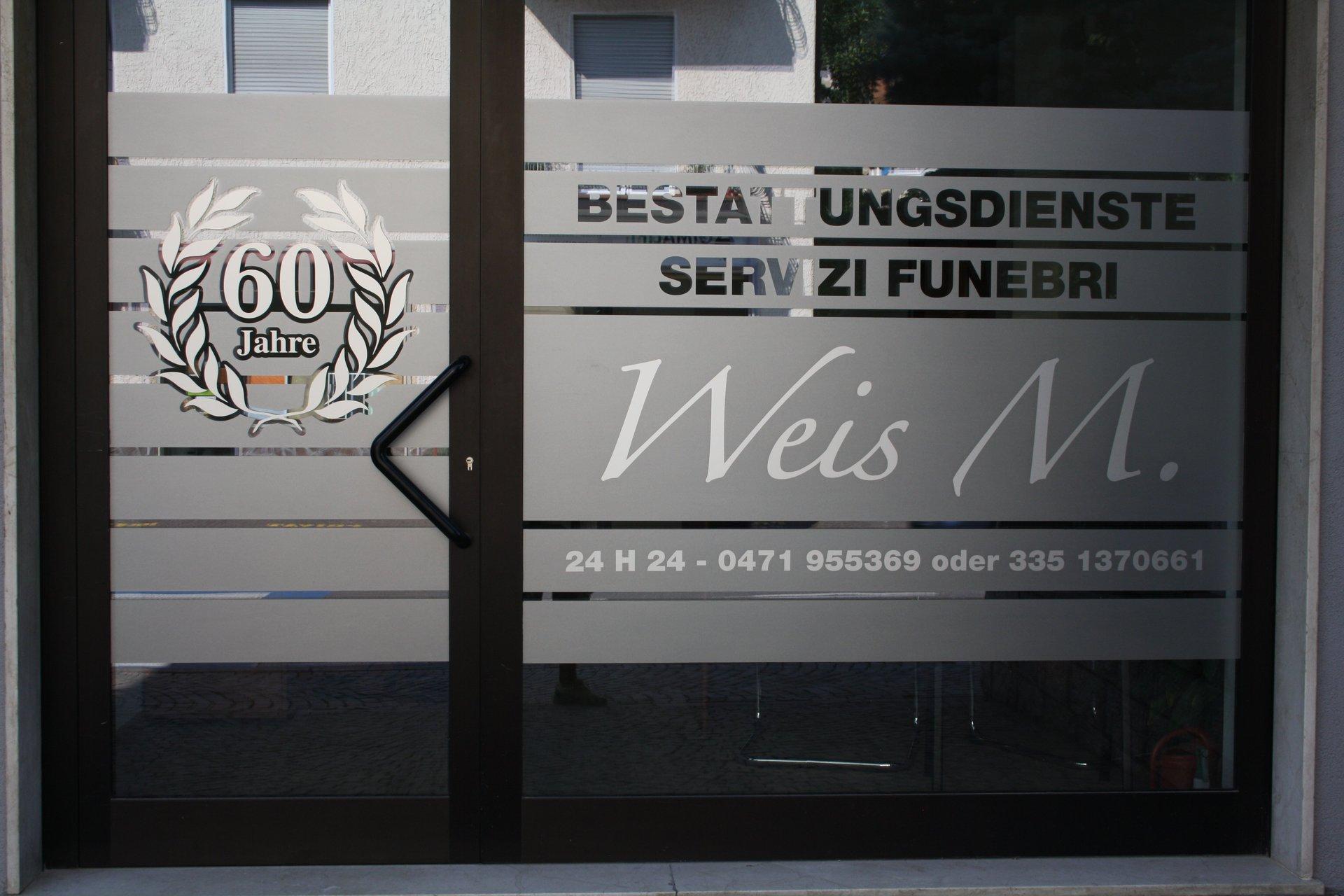 porta vetrata di ingresso dell'agenzia funebre