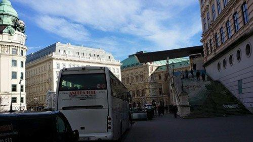 autobus nel traffico lungo la via principale
