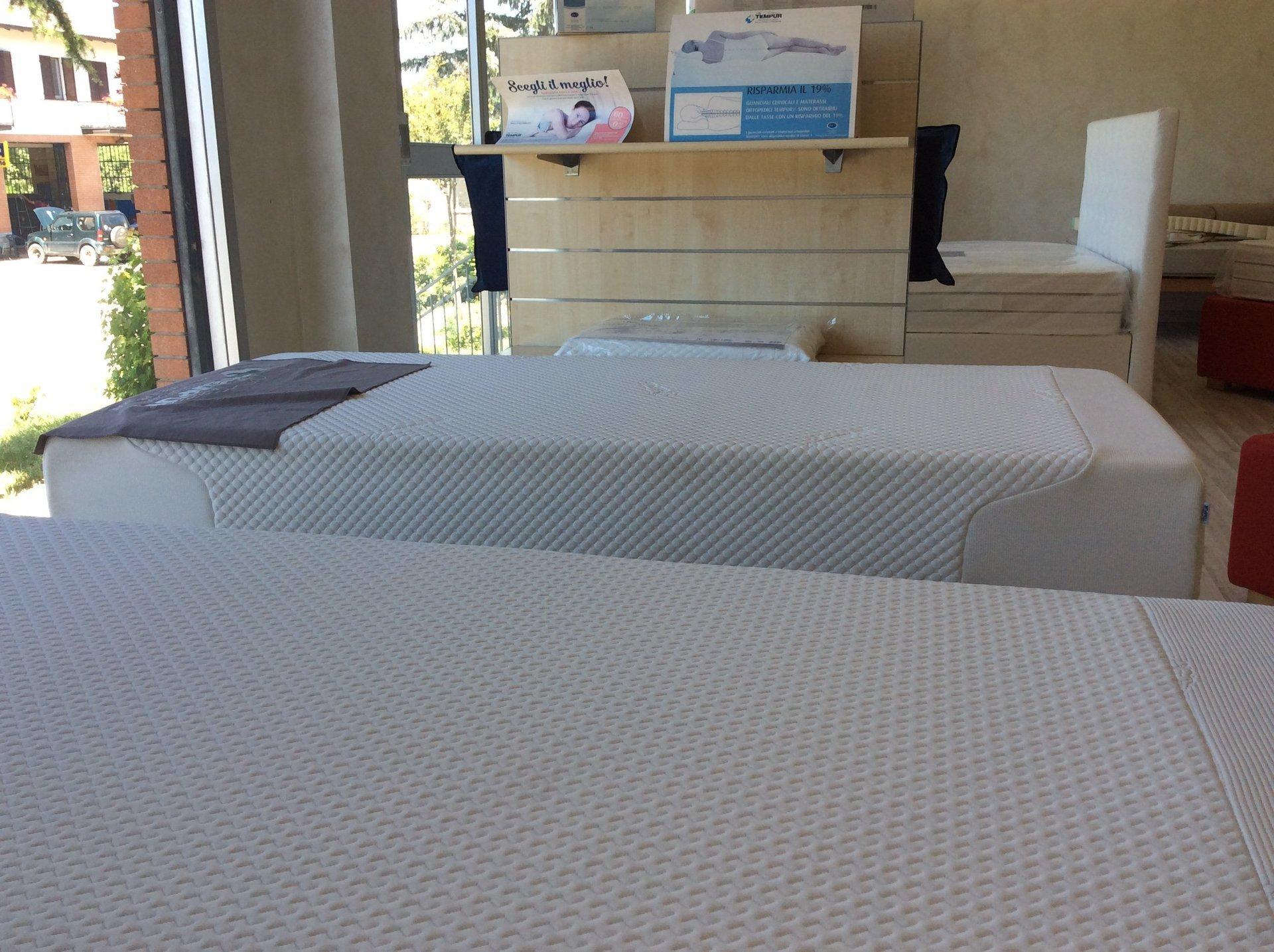 sala espositiva con materassi