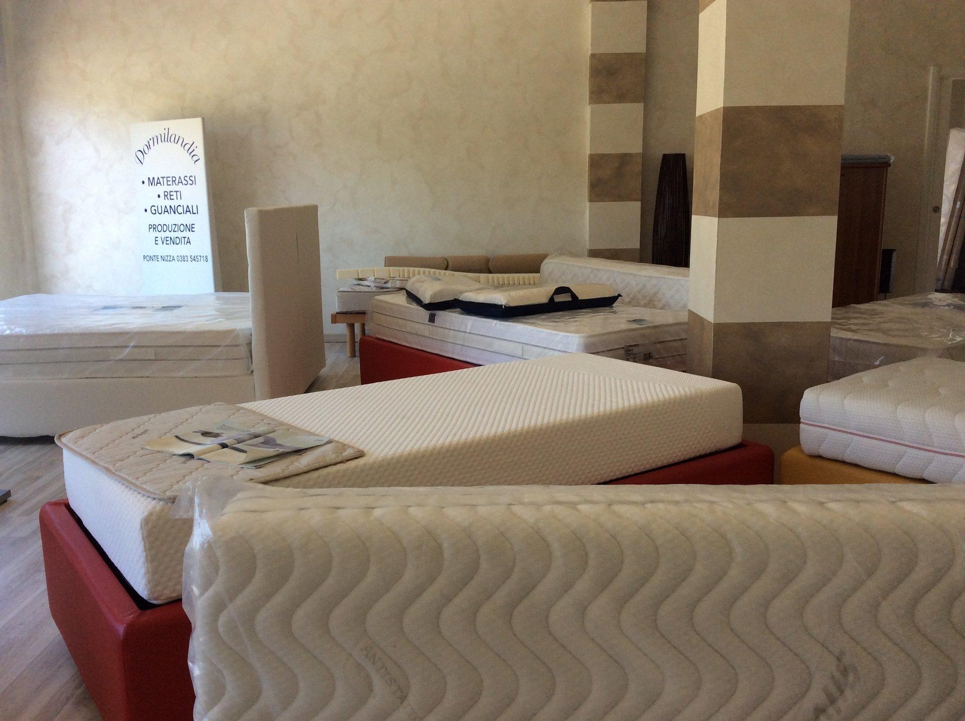 showroom con materassi in esposizione