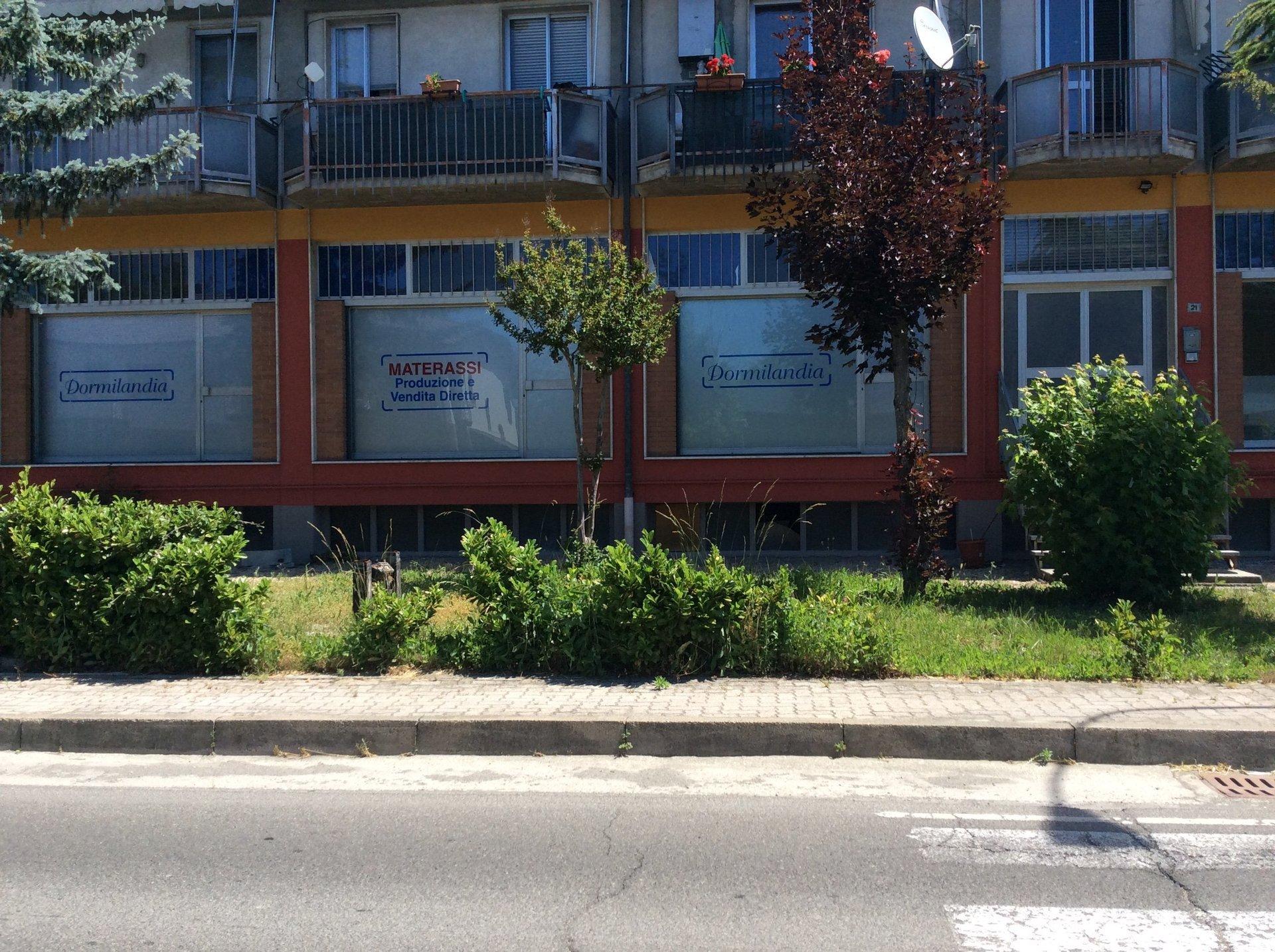 finestre con pubblicità ditta di materassi
