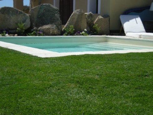 piscina con giardino budoni