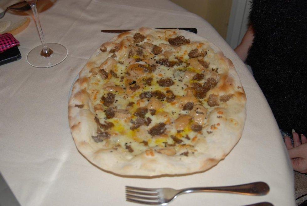 pizza nel forno a legna
