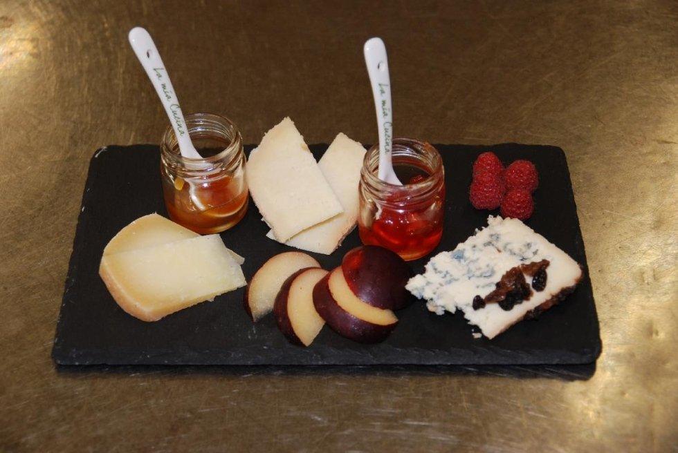 selezione di formaggi e miele