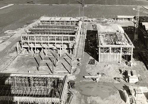 foto in bianco e nero di un edificio in costruzione