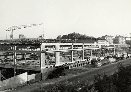 foto in bianco e nero di un grande edificio in fase di costruzione