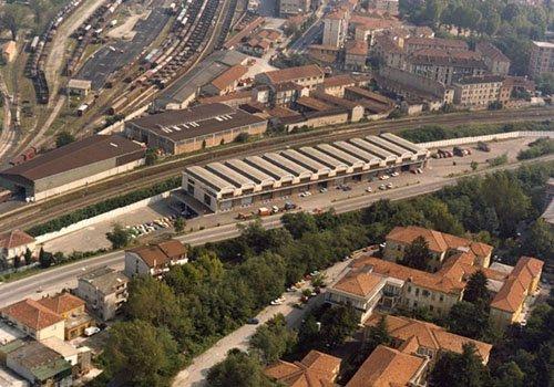 vista dall'alto di una strada, case e altri edifici