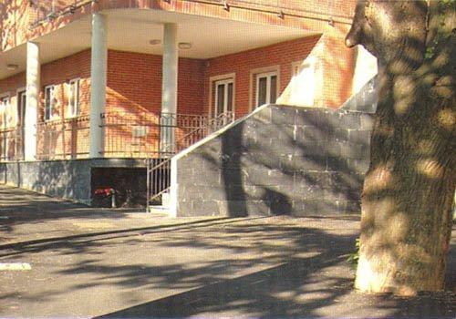un edificio con un patio e delle colonne