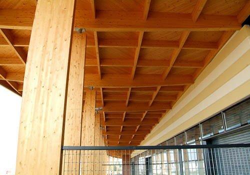 una tettoia in legno vista da sotto
