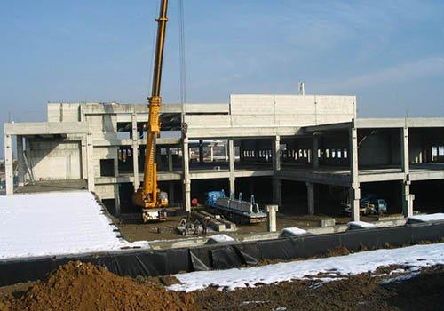 una gru e un edificio in costruzione