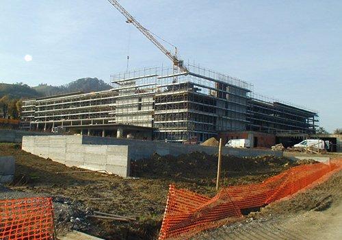 un edificio in costruzione e una gru