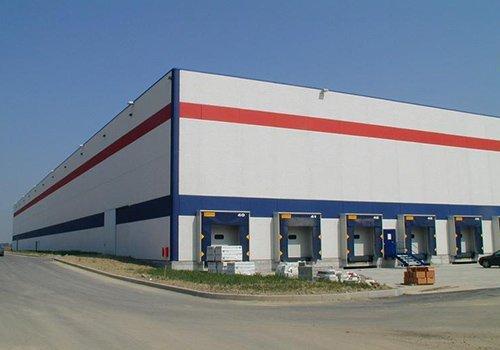uno stabile industriale bianco a righe rosse e blu