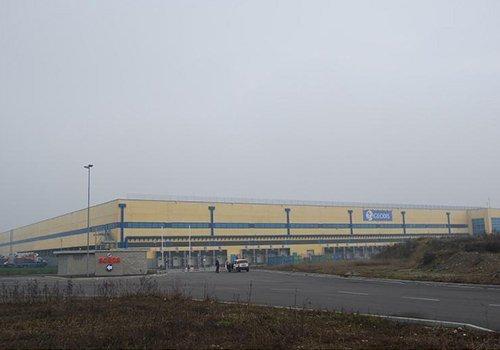 un edificio industriale giallo e blu