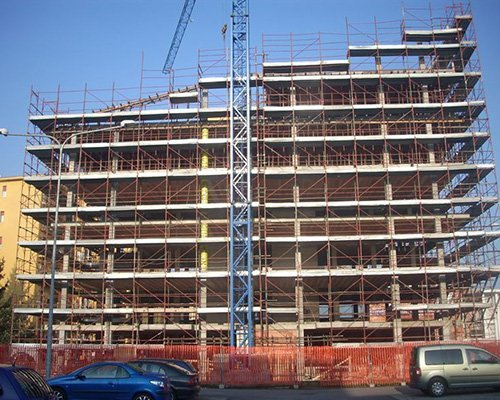 un edificio con un'impalcatura durante dei lavori
