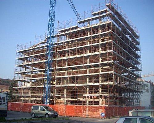 un edificio con un'impalcatura in fase di costruzione
