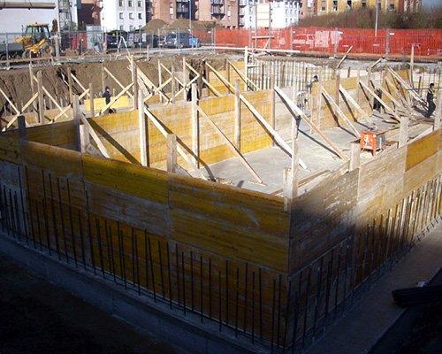 Costruendo con tavole di legno delle pareti di un edificio