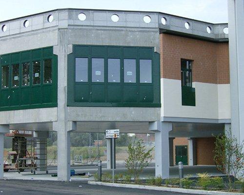 un edificio con sotto un porticato