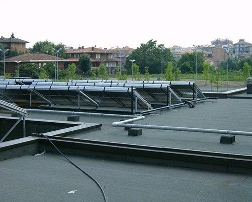 Installazione di un impianto fotovoltaico sul tetto di un edificio