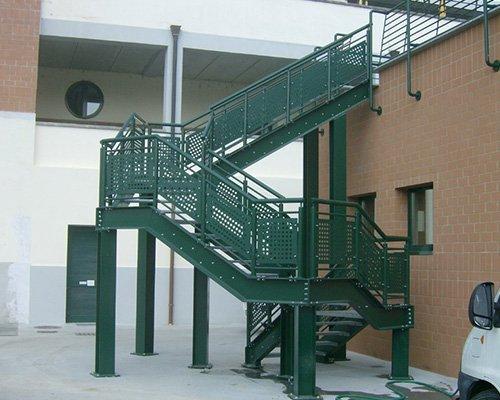 una scala verde esterna