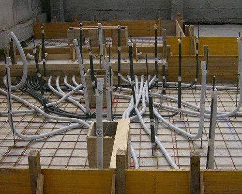 Installazione dei nuovi sistemi elettrici dell'edificio in costruzione