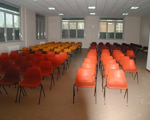 delle sedie in un'aula