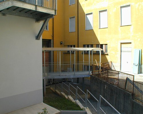una passerella con una tettoia che congiunge due edifici