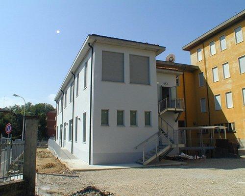 un edificio bianco e accanto uno giallo