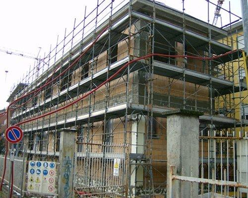 uno stabile in costruzione e un ponteggio