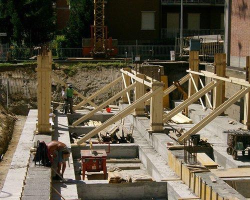 Collocando i legni per la futura installazione solare