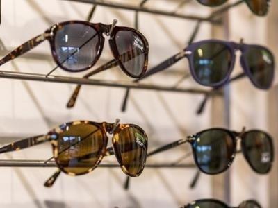 occhiali da sole prato