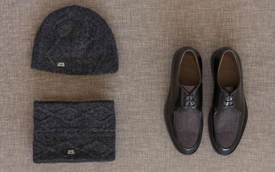 una sciarpa, un cappello e un paio di scarpe di pelle di color marrone