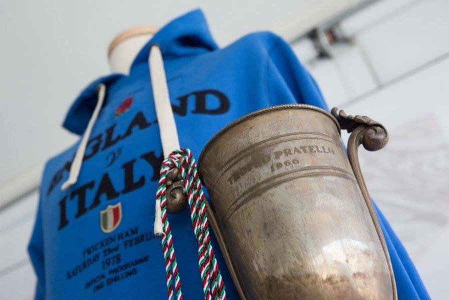 una felpa di color azzurro con scritto England V Italy
