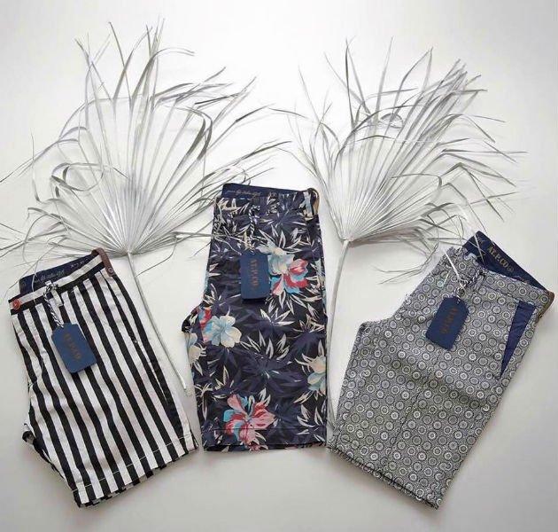 tre paia di pantaloncini da uomo a righe, fiori e color grigio