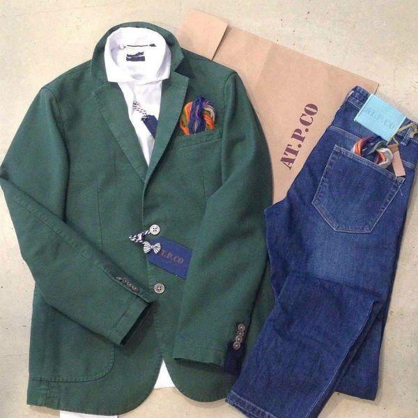 un paio di jeans e una giacca di color verde