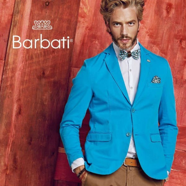 un uomo con un paio di pantaloni marroni e una giacca azzurra