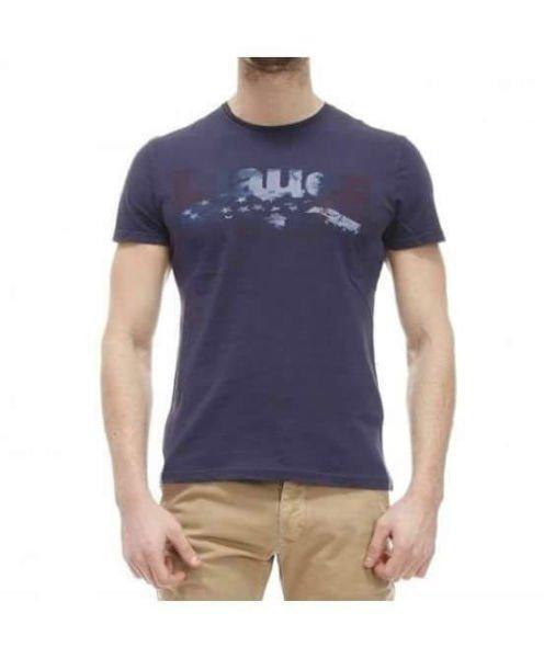 un uomo con una maglietta di color blu