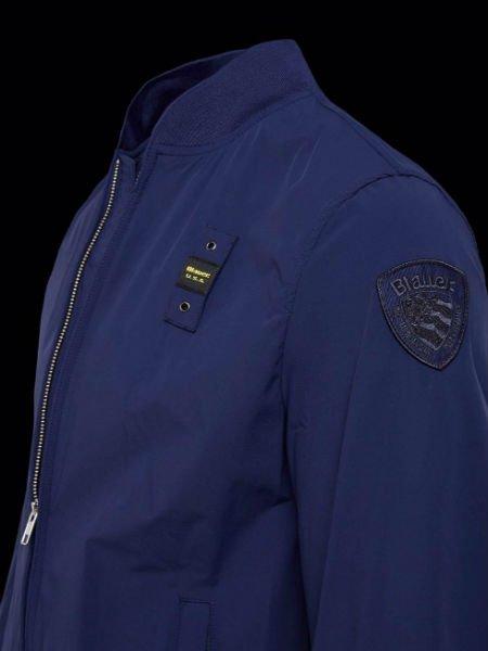 una giacca di color blu
