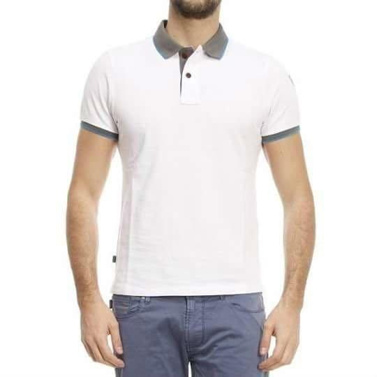 un uomo con una maglietta polo di color bianco